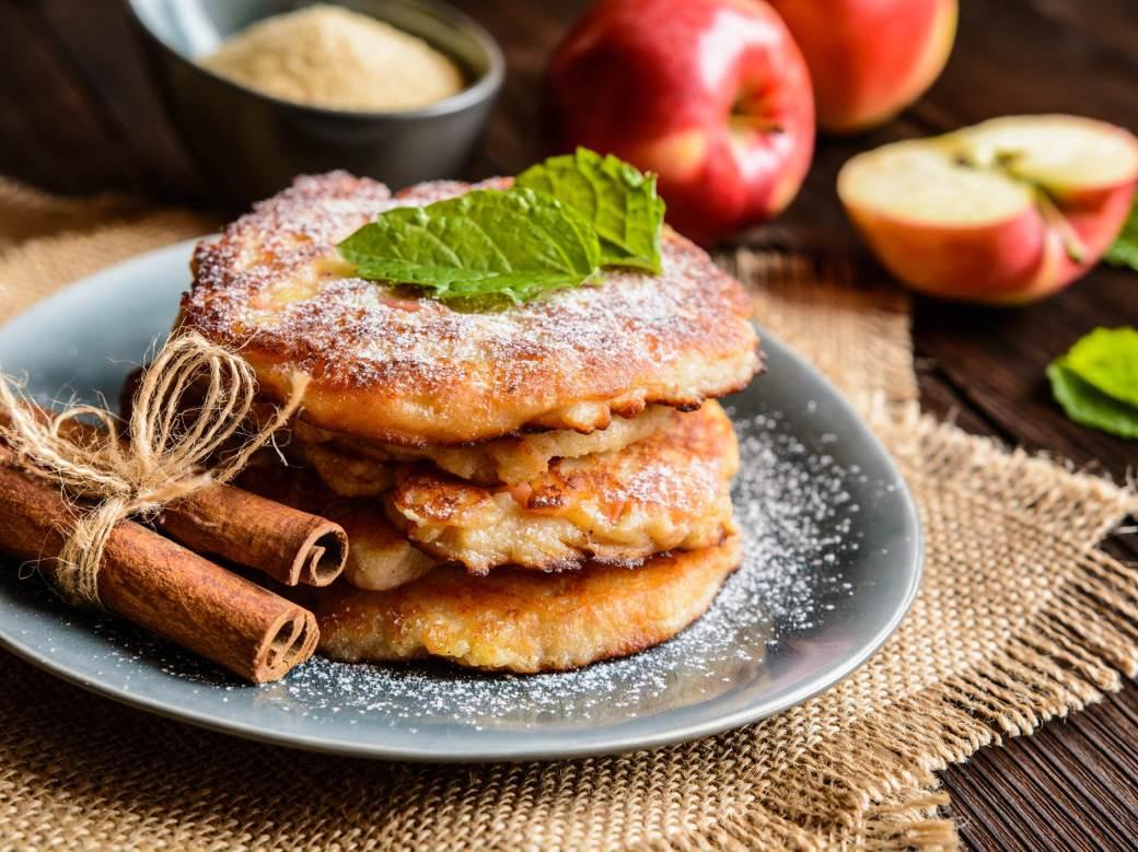 Вкусный и полезный завтрак: яблочно-морковные оладьи