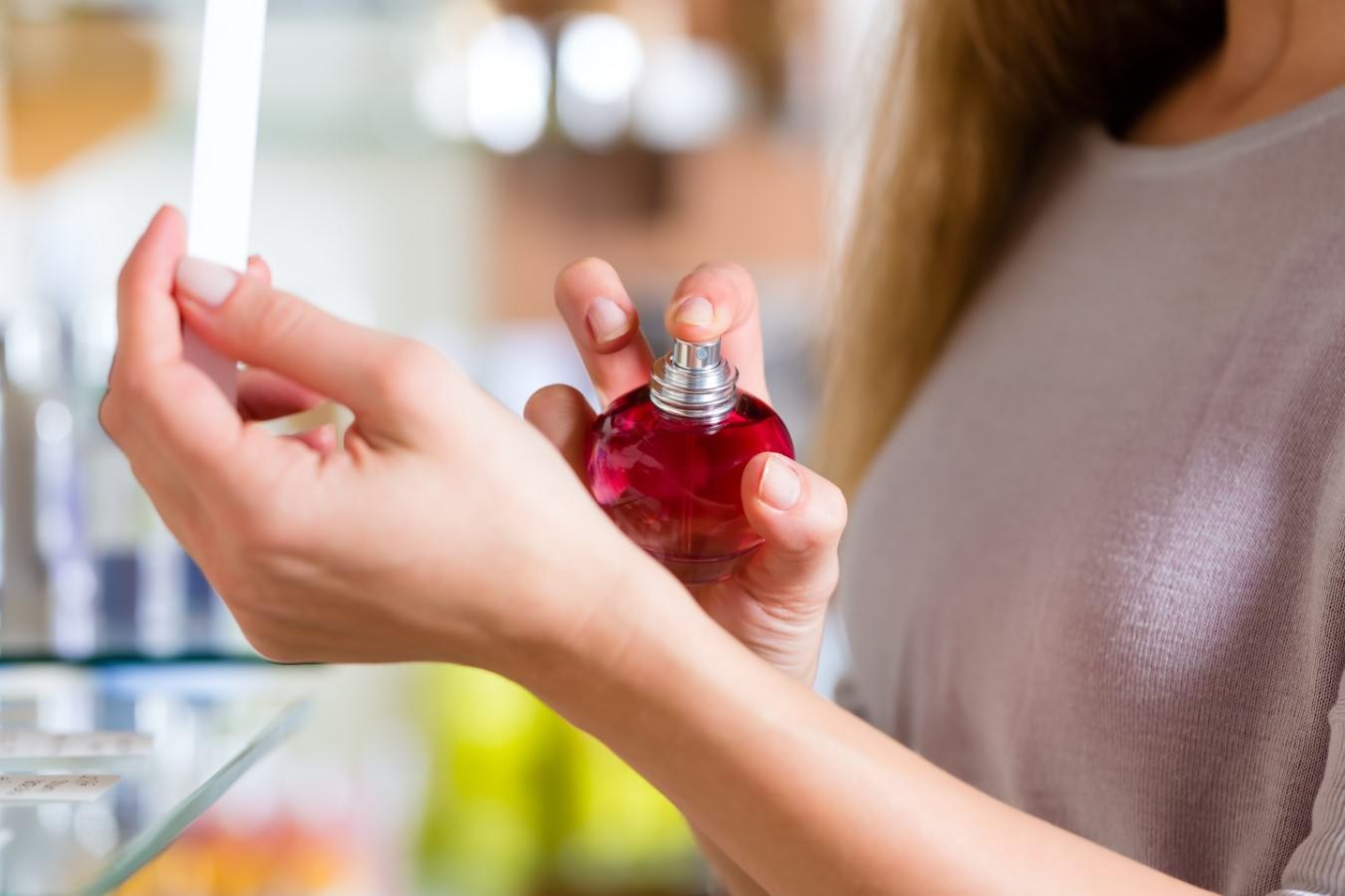 zena-prska-parfem-na-ruku